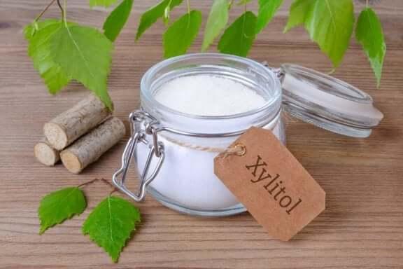 Ksylitoli on yksi luonnollinen sokerin korvike
