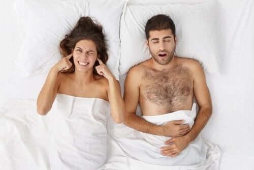 Uniapnean oireet kuten kuorsaus voivat haitata vieressä nukkuvaa
