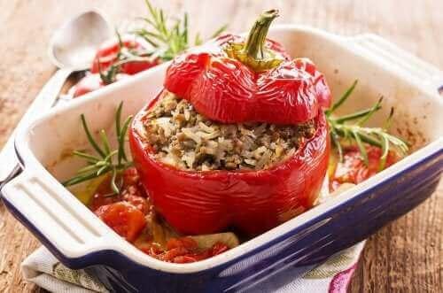 Kvinoalla täytetyt paprikat: kaksi herkullista reseptiä