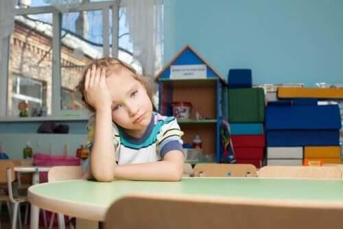 ylikuormittuneet lapset ovat väsyneitä