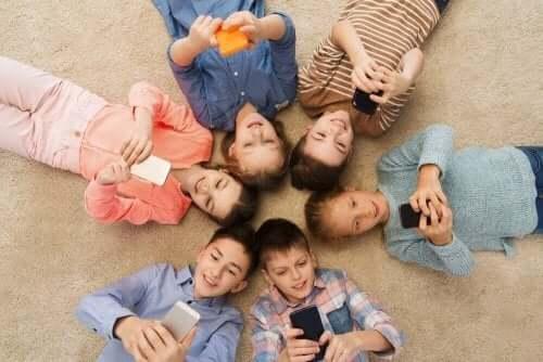 Älypuhelin voi olla hyvä apuväline lapselle oikein käytettynä