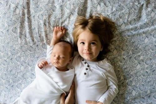 tyttö ja vauva