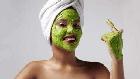 Maksaläiskien ehkäisemiseksi voi kokeilla kosteuttavia naamioita