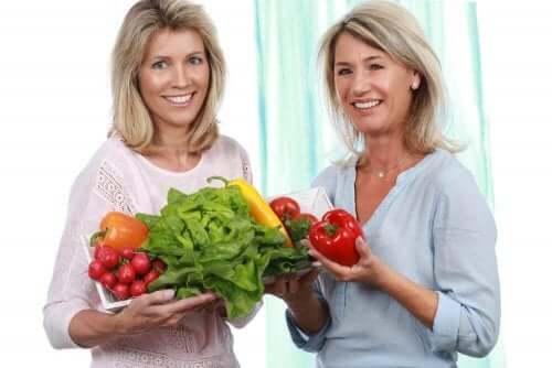 Vaihdevuosiin sopiva ruokavalio sisältää paljon esimerkiksi C-vitamiinia