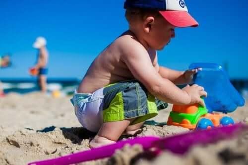 lasten kanssa rannalle meneminen
