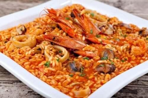 Katkarapuriisi sisältää risin ja katkaravun lisäksi vihanneksia
