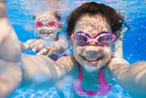 rannalle meneminen ja uiminen lasten kanssa