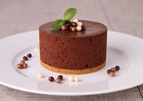 Itsetehty suklaamousse toimii myös leivonnaisten täytteenä
