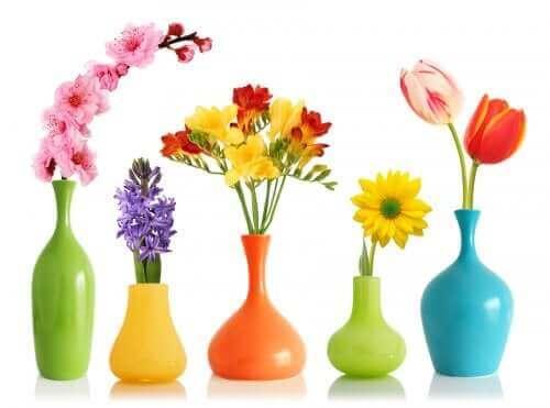 Spraymaalilla saa luotua koristeellisia kukkamaljakoita