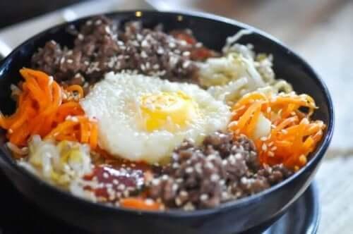 Bibimbap sisältää kananmunaa ja kasviksia