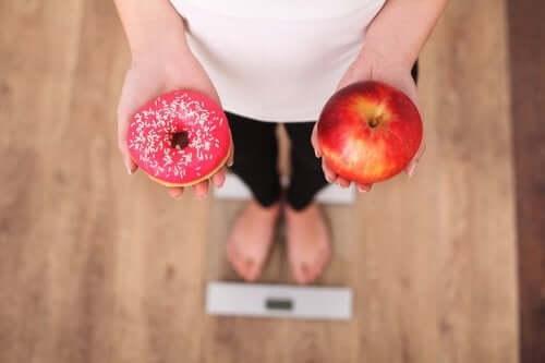Liika sokerin syöminen lihottaa