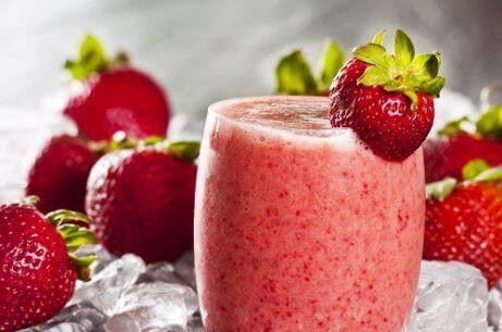 Jäähilejuoma mansikoista ja vesimelonista on virkistävä ja ravitseva