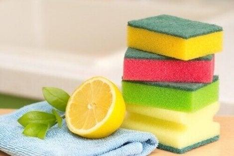 Uunipellit voi puhdistaa sitruunalla