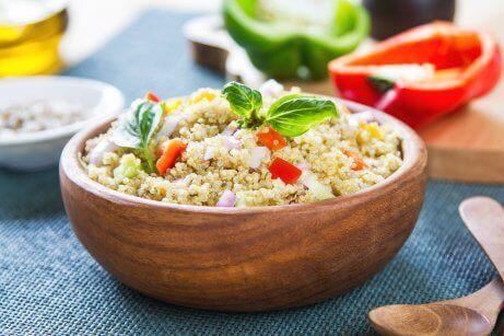 Kvinoasta voi kehittää proteiinipitoisia sekasalaattireseptejä
