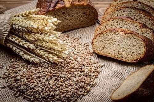Kotitekoinen ruis-spelttileipä on terveellinen vehnäleivän korvike
