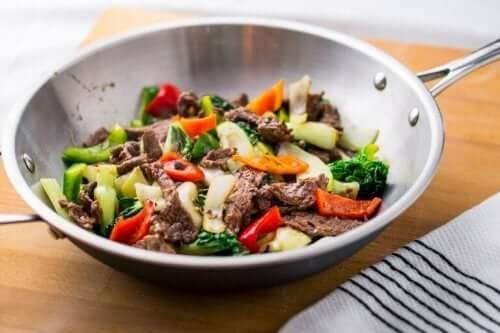 Bibimbap sisältää lihaa ja kasviksia