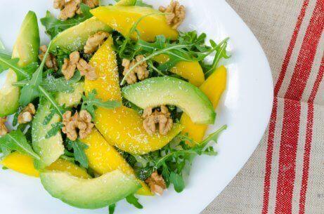 Mangosta valmistuu maukas sekasalaatti