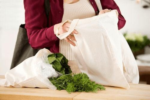 Uudelleenkäytettävä kauppakassi vähentää roskaa