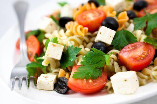 Pastasta ja fetajuustosta voi loihtia herkullisia sekasalaattireseptejä