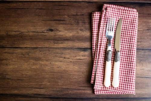 Tee itse pidike ruokailuvälineille keittiöpyyhkeistä