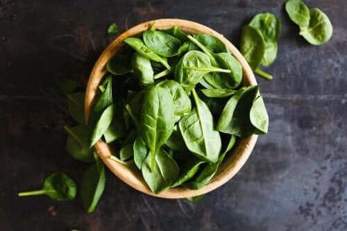 Raudanpuuteanemian hoito onnistuu syömällä enemmän pinaattia