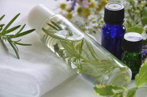 Rosmariini antiperspiranttiset ja antibakteeriset ominaisuudet auttavat nujertamaan kainaloiden epämiellyttävän hajun