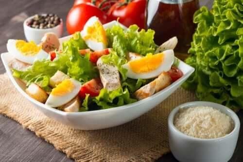 Kananmunasta saa proteiinipitoisia sekasalaattireseptejä