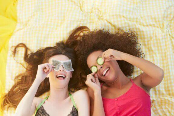 Teepussien käyttäminen tummille silmänalusille