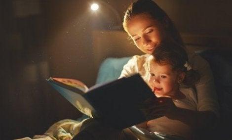 Lasta voi auttaa pääsemään yli lemmikin kuolemasta käsittelemällä kuolemaa tarinoiden kautta