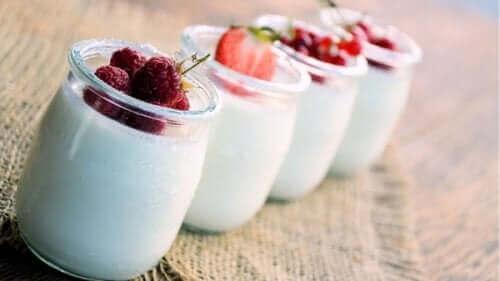 jogurtti ja marjat