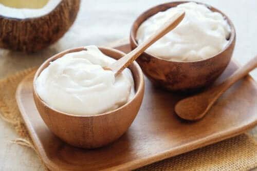 Vähäkalorinen salaatinkastike valmistuu helposti esimerkiksi jogurtista