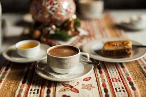 Kahviin saa uutta potkua esimerkiksi kookosöljyn, kanelin ja hunajan avulla
