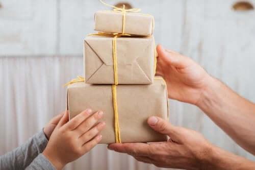 Itse tehty lahjapaketti on helppo askarrella valmiista pahvilaatikoista