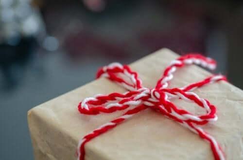 Itse tehty lahjapaketti valmistuu helposti kartongista