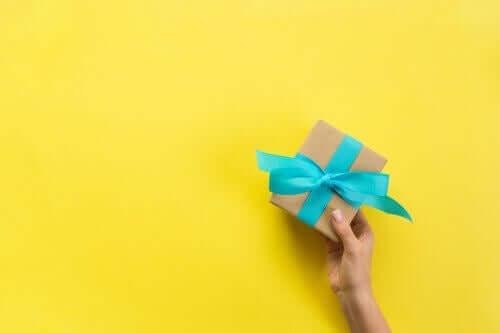 Itse tehty lahjapaketti kolmella tavalla