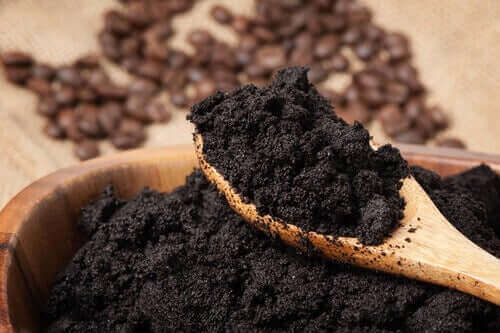 lannoita kasvit kahvinpuruilla