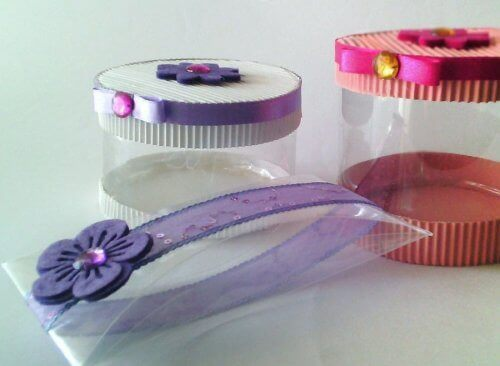 Muovipulloista voi valmistaa itse lahjapaketin