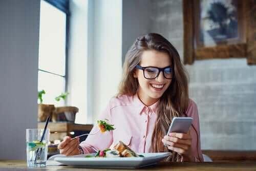 Häiriötekijät syömisen aikana voivat saada syömään nopeammin