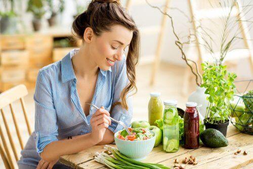 nainen syö kasviksia