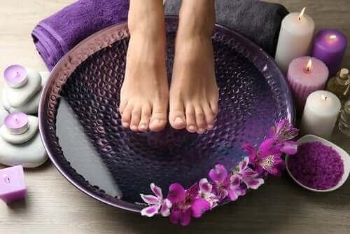 Lievitä poltetta jaloissa kylvyn avulla