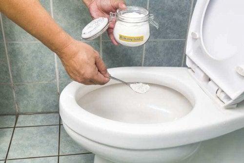 Ruokasoodan, vetyperoksidin ja sitruunan yhdistelmä auttaa poistamaan tehokkaasti WC-pöntön pinttymät