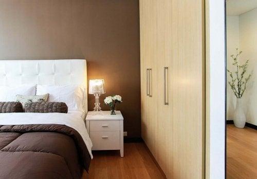 Makuuhuoneen ylläpitäminen siistinä ja järjestettynä on yksi parhaimmista hohtavan puhtaan kodin siivousvinkeistä