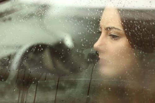 nainen autossa