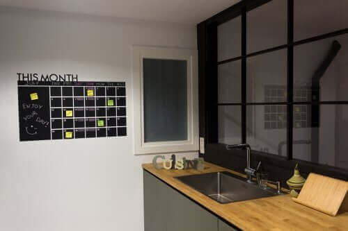 ilmoitustaulu keittiön seinällä