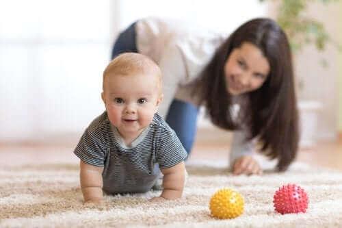 Auta vauvaa oppimaan miten ryömitään