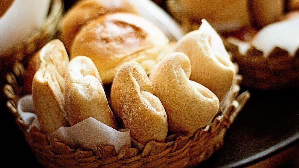 Valkoinen leipä on epäterveellinen aamiainen.