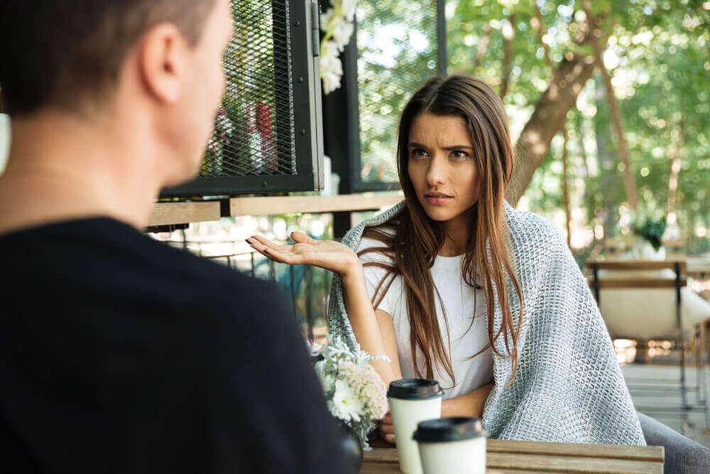 Keskustelu kahvin ääressä.