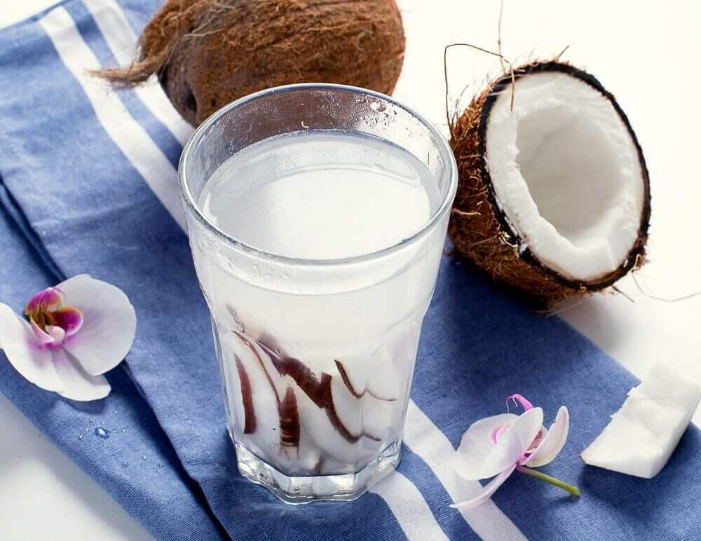 Kookosveden hyödyt terveydelle: 8 vaikutusta