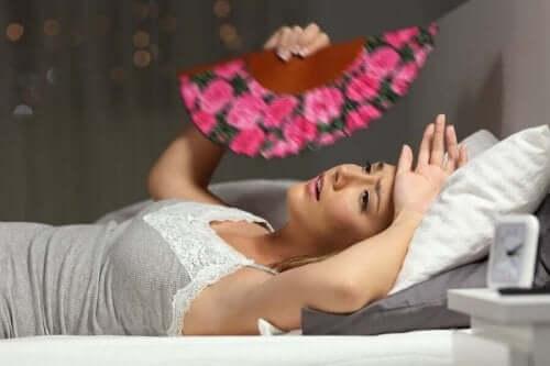 Lämpöuupumuksen syyt ja hoitokeinot: naisella on kuuma.