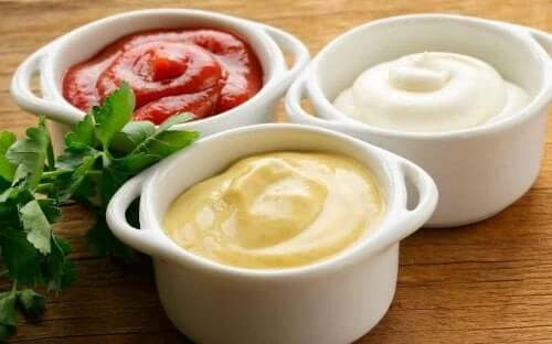 Kotitekoisten ja kevyempien salaatinkastikkeiden valmistaminen sekä vähentää rasvan kertymistä elimistöön että tuo aterioihin laadukkaampia ravintoaineita